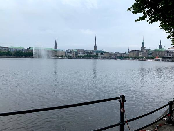 Here we are at the Binnenalster, a loop is 1.8 kilometers