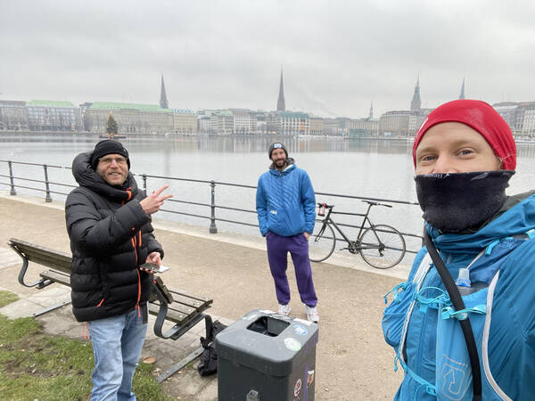 Number 1 is already done. Right on January 1st, I did enough laps around Binnenalster and was greeted by my running heroes Michael Mankus and Marcel Leuze with a healthy beer at KM 30 – Prost!