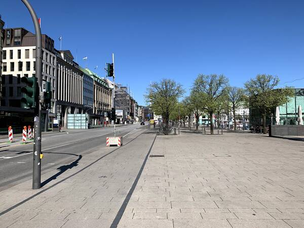 Jungfernstieg, a beloved shopping and strolling street, is empty as well